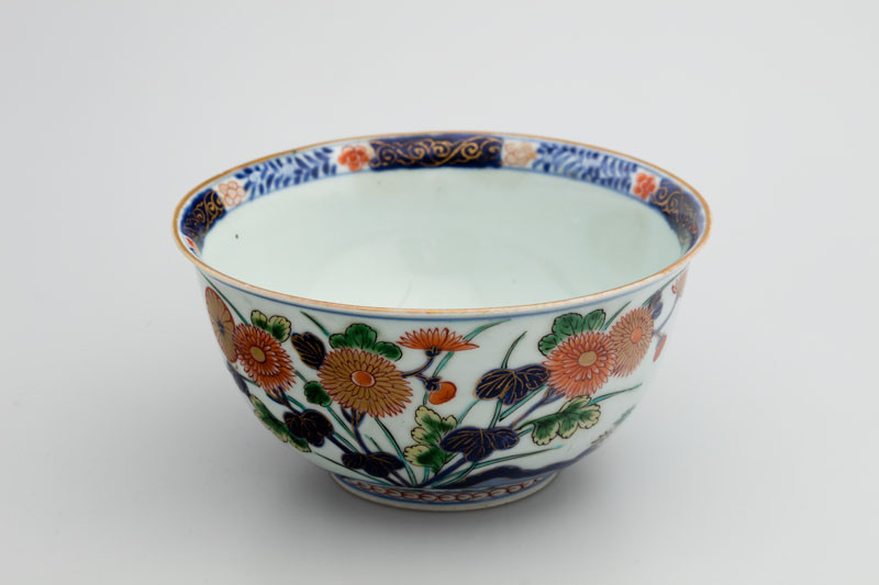 Anonymous artist - Lidded bowl decorated with floral motifs